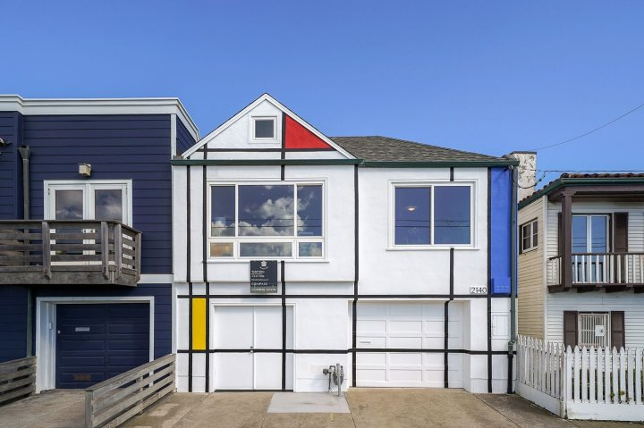 the-exterior-facade-of-this-san-francisco-home-displays-the-colors-and-lines-typical-of-piet-mondrians-paintings